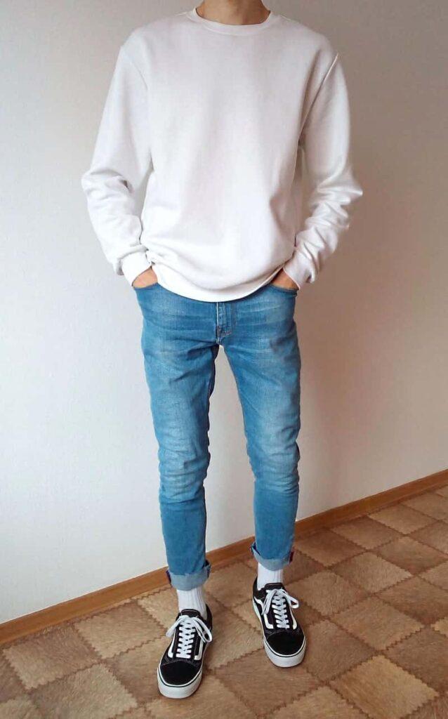 Giày Vans với quần jean xanh, áo thun và tất trắng