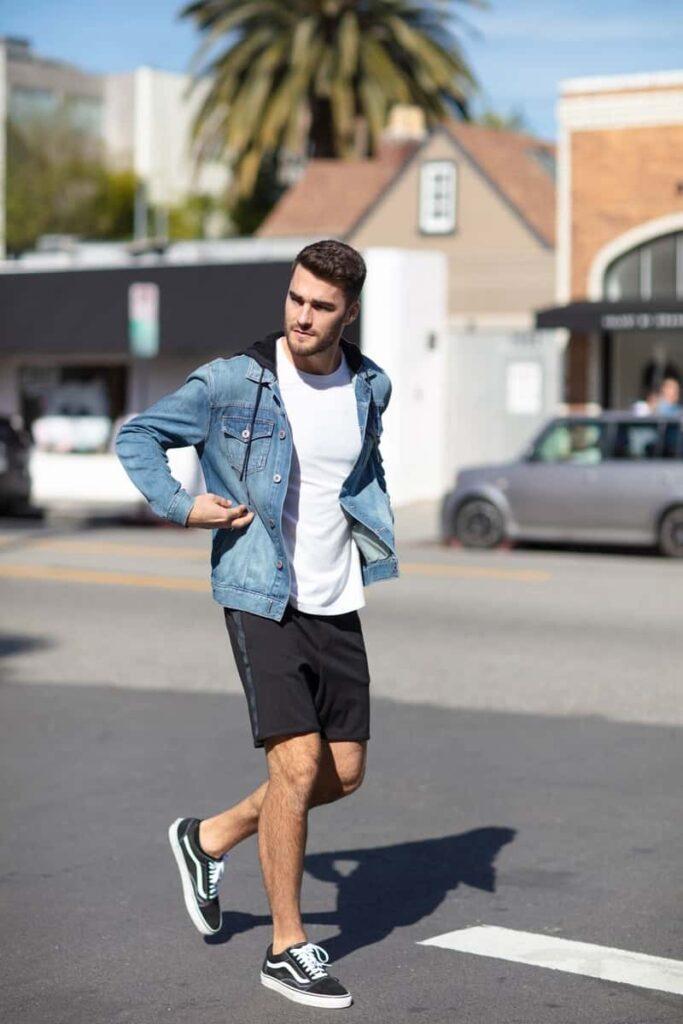 Giày Vans với quần short kaki và áo phông